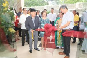 Businessman-philanthropist Julio D. Sy Jr. (right), assisted by Mrs. Carissa Gonzales-Ynion and Barangay Captain Eugenio S. Ynion Jr., cuts the ceremonial ribbon to formally inaugurate the Yngen Group headquarters building in sitio Guadalupe, Barangay San Antonio, San Pedro City on July 28, 2014.